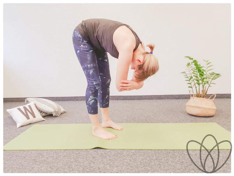 yogamaya-8-yoga-uebungen-gegen-den-stillruecken-stehende-vorwärtsbeuge