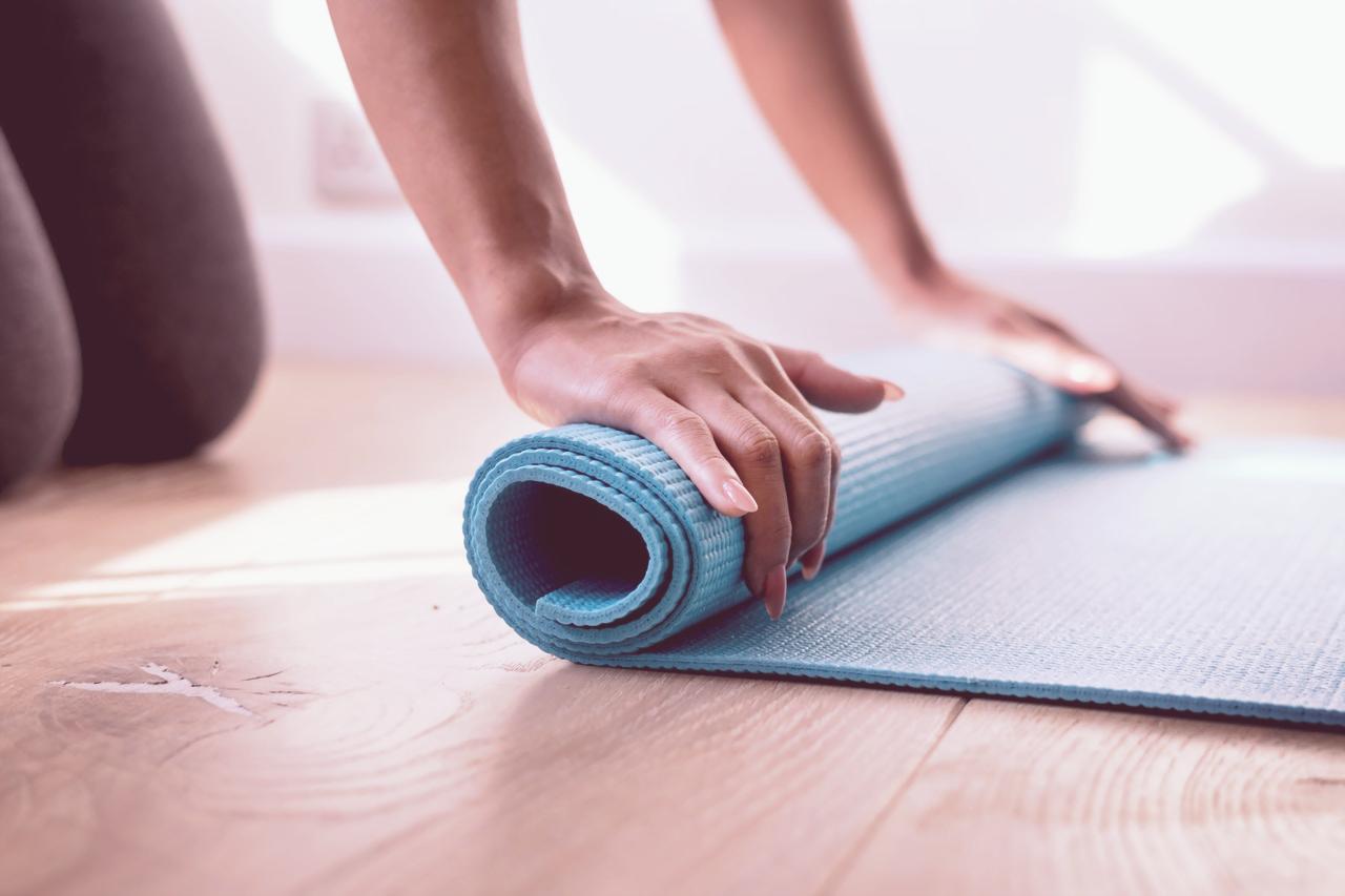 myyogamaya-yoga-woman-unrolling-yogamat