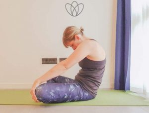 Diese Übungen halten deinen Rücken flexibel, wenn dein Yogakurs Ferien macht