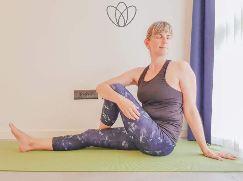 yogamaya_Drehsitz_links_yoga