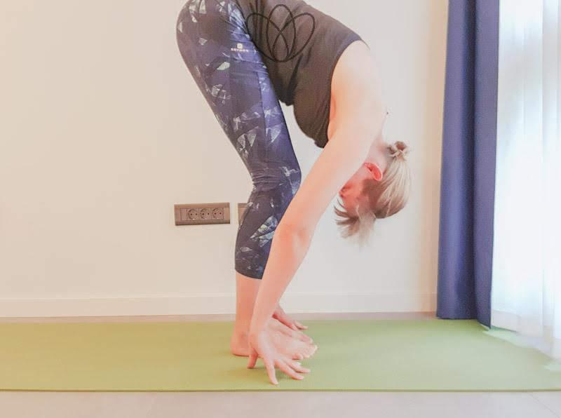 yogamaya_stehende Vorwärtsbeuge_yoga