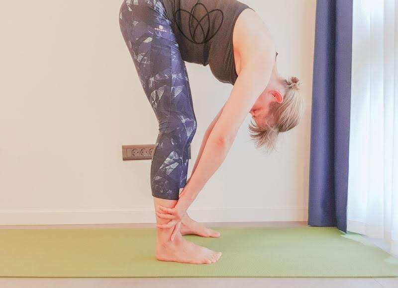 yogamaya_stehende Vorwärtsbeuge_wade_yoga