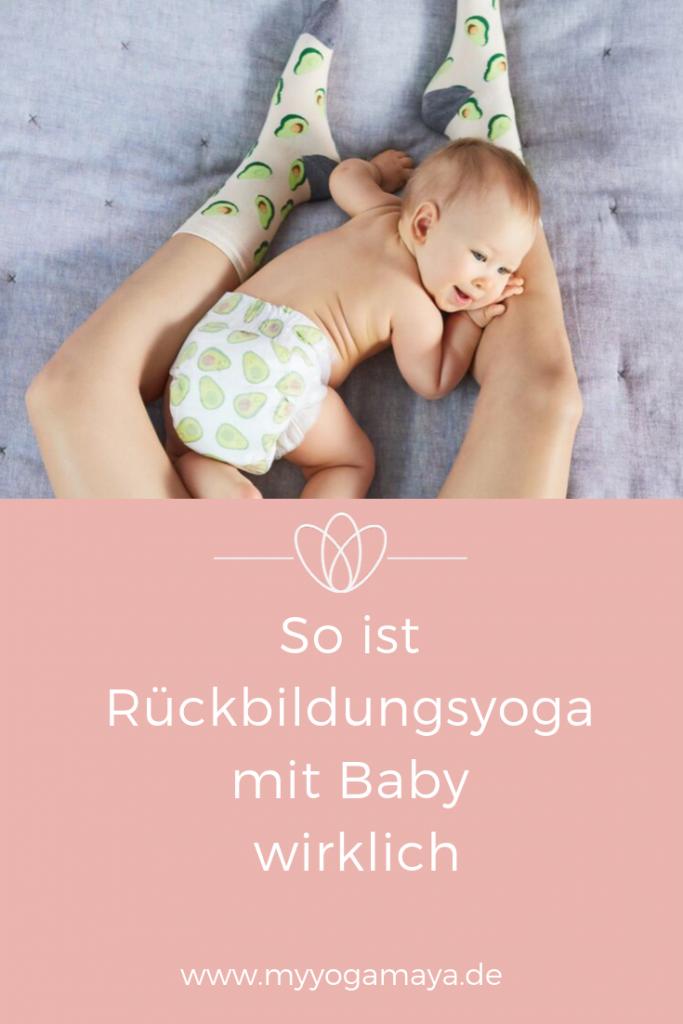 baby liegt zwischen den Füßen von einer Frau