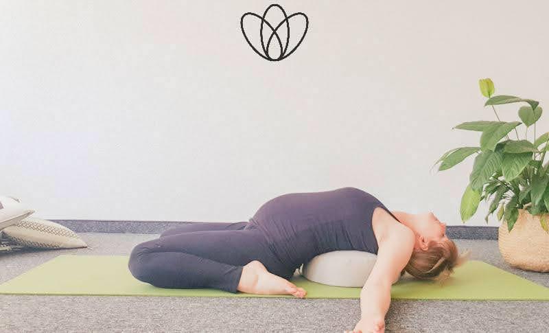 yogamaya 5 Übungen gegen Übelkeit und Brechreiz Schmetterling Unterstützter Schulterstand unterstützter liegender Held