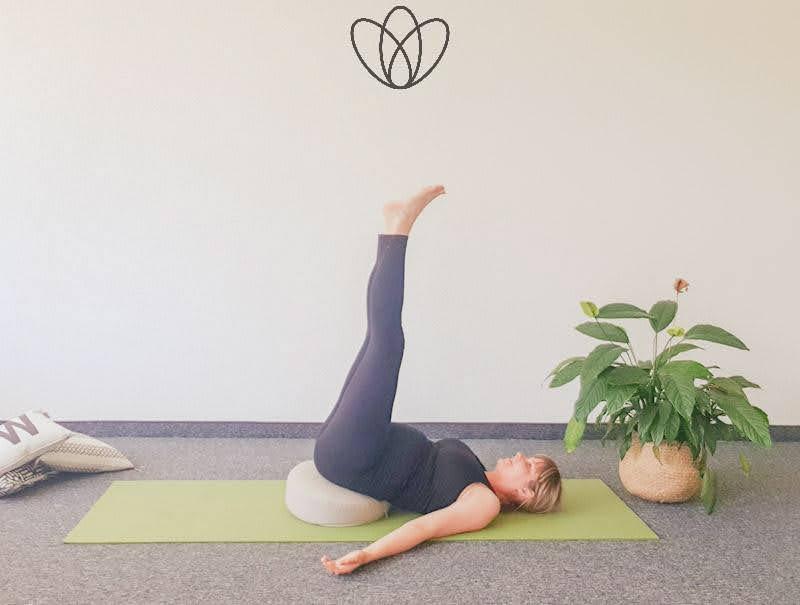 yogamaya 5 Übungen gegen Übelkeit und Brechreiz Schmetterling Unterstützter Schulterstand